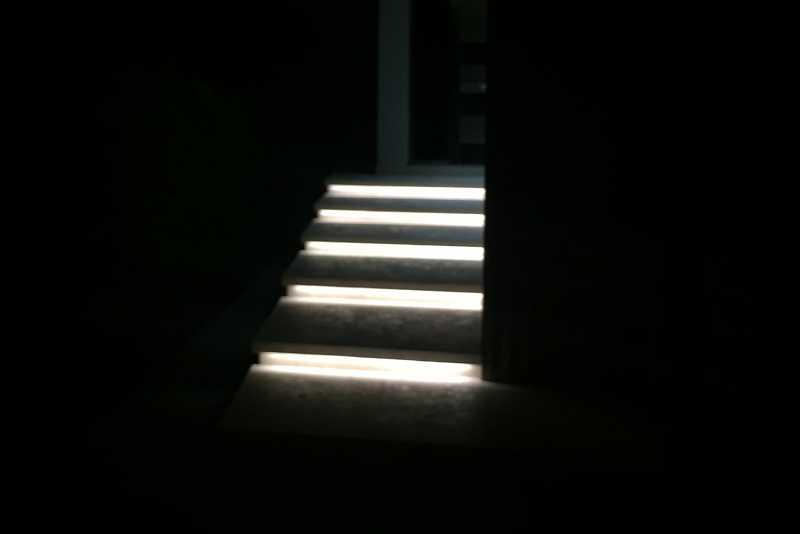 Exterior entryway step lighting